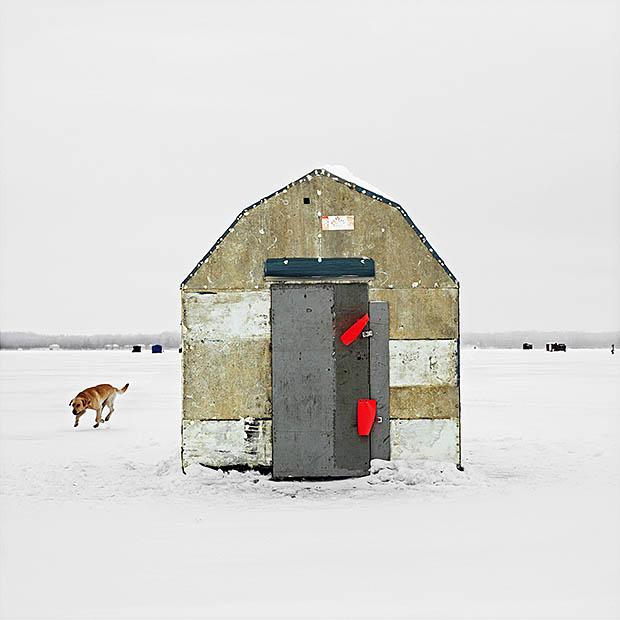 ijshuisje met hond op Canadees meer