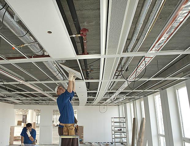bouwvakker werkt binnen aan planfond
