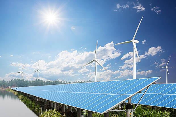 zonnepark met windmolens