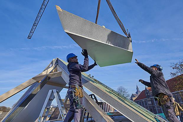 bouwvakker op dak