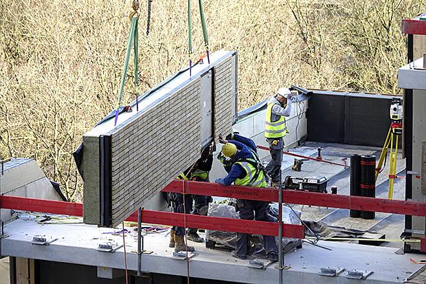 bouwplaatst met muur